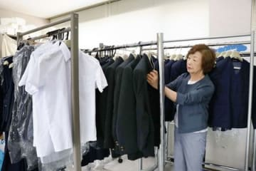 新潟市シルバー人材センターで始まった中学生の制服の利活用事業=新潟市中央区