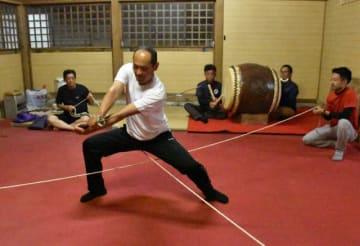 神戸公演で披露する舞の動きや太鼓の拍子を確認する保存会メンバー