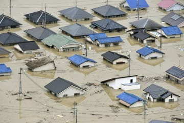 西日本豪雨で、屋根近くまで冠水した岡山県倉敷市真備町の住宅=2018年7月7日