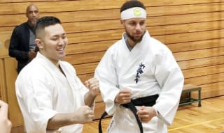 ステフィン・カリー(右)、演武を披露した元全日本王者の入来建武
