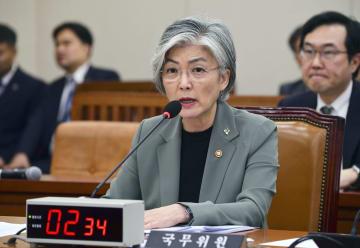 25日、韓国国会で質問に答える康京和外相=ソウル(共同)