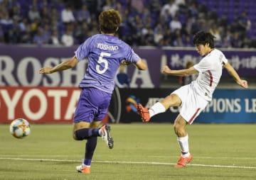 広島―鹿島 前半、先制ゴールを決める鹿島・土居(右)=Eスタ