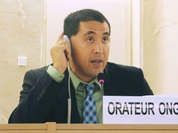 25日、ジュネーブで開かれた国連人権理事会で演説するロバート梶原さん(共同)