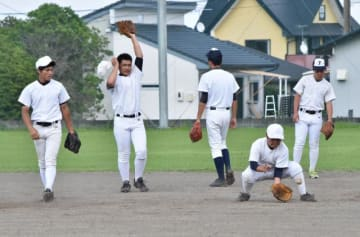夏の甲子園県予選に向け、練習に励む都農高の野球部員=同校グラウンド