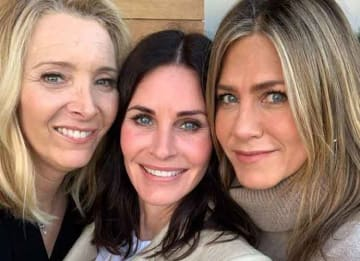 'Friends' Stars Courtney Cox, Jennifer Aniston & Lisa Kudrow Reunite [Photos]