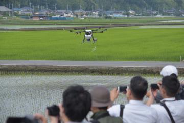 自動航空で農薬を散布するドローン=龍ケ崎市塗戸町