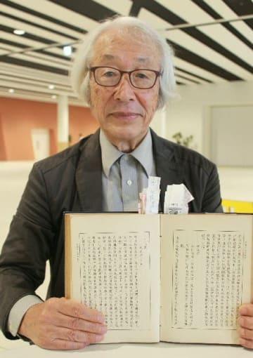 宝永地震で臼杵藩を襲った津波の被害を記録した「大潮記」を発見した大分大名誉教授の神戸輝夫さん=大分市