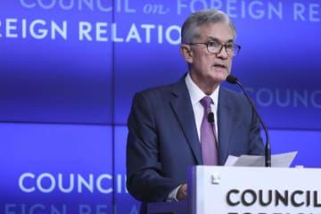25日、米ニューヨークで講演するFRBのパウエル議長(ゲッティ=共同)