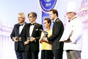 モンド・セレクションで25年連続の入賞を果たし表彰を受ける瀬川裕司社長(左から2人目)=ローマ