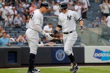 ヤンキースのアーロン・ジャッジ(左)と先頭打者本塁打を放ったDJ・ルメイヒュー【写真:Getty Images】