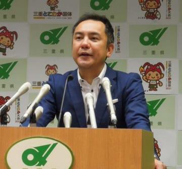 【定例記者会見で、川勝知事の対応に意見を述べる鈴木知事=三重県庁で】