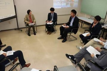 更生プログラムを体験する記者たち=長崎市魚の町、市男女共同参画推進センター・アマランス