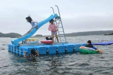 扇ケ浜海水浴場に設置予定の水上すべり台のイメージ(串本町の橋杭海水浴場で)