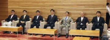 臨時閣議に臨む安倍首相(中央)ら各大臣=26日午前、首相官邸