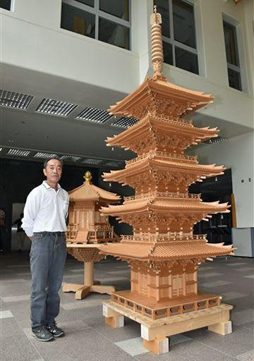 長谷川さんが製作したミニ五重塔とミニ六角堂=日本海拠点館1階「冬の広場」