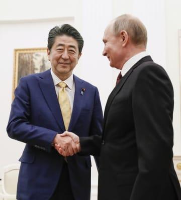 モスクワでの会談前に握手するロシアのプーチン大統領(右)と安倍首相=1月22日(共同)