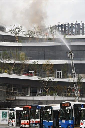 炎と煙が立ちのぼる桜町再開発ビル=26日午前10時10分ごろ、熊本市中央区(上杉勇太)
