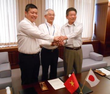 ベトナム人技能実習生受け入れの覚書を締結した(左から)グエン会長、古塩市長、笠間市商工会長 =綾瀬市役所