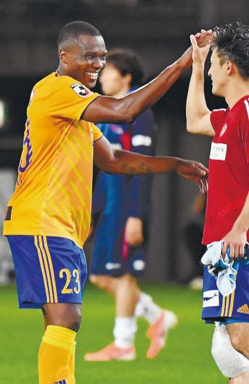 FC東京に快勝し、試合後に笑顔を見せるシマオマテ(左)=23日、ユアスタ仙台
