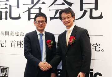 Mitsui Fudosan Taiwan Co. Chairman Ichiro Shimomachi (L) and Panasonic Homes Taiwan Co. CEO Hiroshi Otsuka pose at a media event for the first all-Japanese-made housing project in Taiwan in Taipei on June 25.