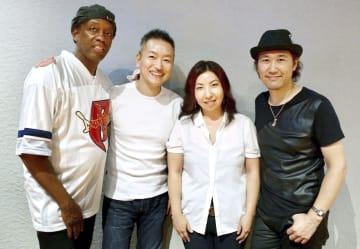 菊田俊介(右端)とブルースカンパニーのメンバーら