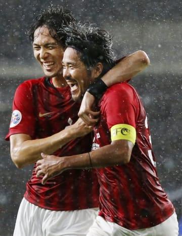 浦和―蔚山 後半、2点目のゴールを決め、杉本(左)と喜ぶ浦和・興梠=蔚山(共同)