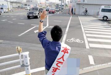 街頭で支持を訴える参院選岡山選挙区の立候補予定者。国会が閉幕し、各陣営は臨戦態勢に入った=26日、赤磐市(画像の一部を加工しています)