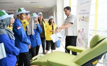 パラマウントベッドの社員が、先月に現地生産を開始した医療用ベッドについて学生に説明した=西ジャワ州ブカシ(NNA撮影)