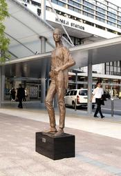 JR姫路駅南駅前広場に5年ぶりに戻り、姫路ゆかたまつりを無事終えた銅像「MARI」=姫路市南駅前町