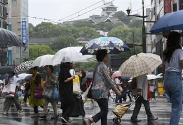 傘を差して足早にスクランブル交差点を渡る人たち=26日午後、熊本市中央区の通町筋(上杉勇太)