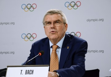 総会を終えて記者会見する国際オリンピック委員会(IOC)のバッハ会長=26日、スイス・ローザンヌ(共同)