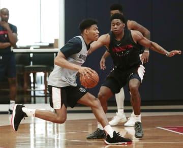 米プロバスケットボールNBA、ウィザーズのミニキャンプに参加し、練習する八村塁(左)=ワシントン(共同)