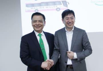 マイリン・グループのホー・フイ会長(左)とウィラーの村瀬CEO=26日、東京