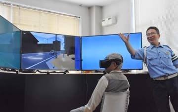 VRで危険予測を体験する参加者=佐賀市の佐賀城北自動車学校