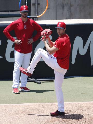 ブルペンで右肘手術後に初めて投球練習する米大リーグ、エンゼルスの大谷翔平=26日、アナハイム(共同)