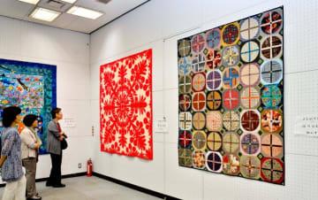 色とりどりの布で表現したパッチワークキルトの作品展