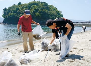 砂浜の清掃に汗を流す参加者