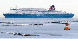 海上で立ち往生するフェリー=2018年3月、明石市大久保町江井島から