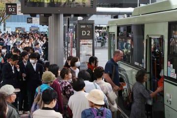 観光客らで混雑する京都市バス(京都市下京区の京都駅前バスターミナル)