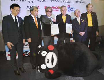 タイの首都バンコクで行われたくまモンのキャラクター使用を巡る総代理店契約の調印式。左から2人目は熊本県の蒲島郁夫知事=27日(共同)