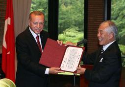武庫川女子大の瀬口和義学長(右)から名誉博士学位記を授与されたトルコのエルドアン大統領=西宮市戸崎町(撮影・風斗雅博)