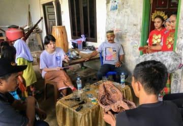 今年4月にインドネシア・スラウェシ島に行き、現地の人たちと触れ合ったコムアイ(写真左から2番目)。 - (写真:国際交流基金アジアセンター)