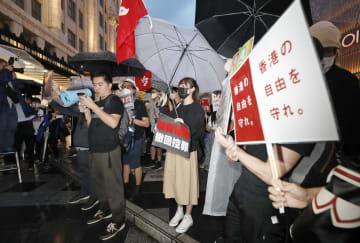 G20サミットを前に、大阪・ミナミで開かれた「逃亡犯条例」改正案の完全撤回を求める街頭集会=27日夜