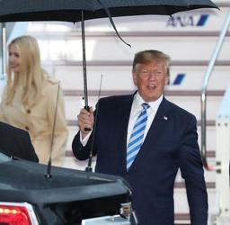 大統領専用機で降り立ったトランプ米大統領=27日午後6時56分、伊丹空港(撮影・辰巳直之)