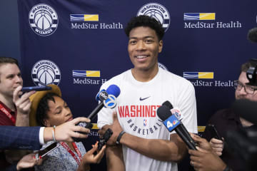 笑顔で報道陣の取材に応えるウィザーズの八村塁=27日、ワシントン(AP=共同)