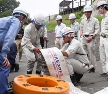 訓練で排水ポンプを組み立てる参加者