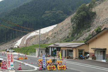 ルートを変更した県道。最大5メートルかさ上げした。斜面の対策工事も進む=日田市小野地区