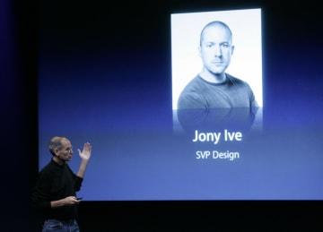 会合でデザイナーのアイブ氏を紹介するアップルのスティーブ・ジョブズ最高経営責任者(当時)=2008年10月、米カリフォルニア州クパチーノ(AP=共同)