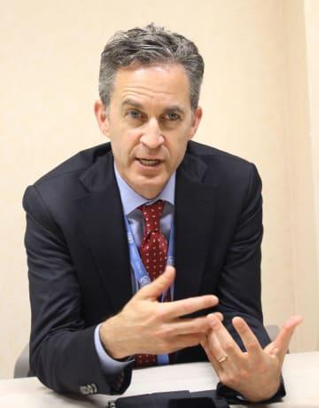 インタビューに答える国連のデービッド・ケイ特別報告者(共同)