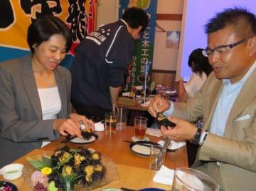 洋野町産のウニを楽しむ参加者